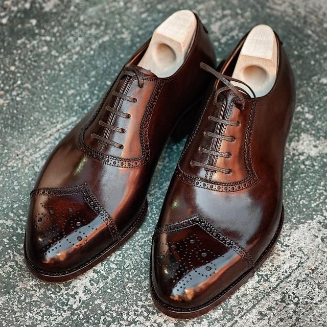 Další pěkné boty bez barevných tkaniček. Zdroj: Instagram @gothamreddevil