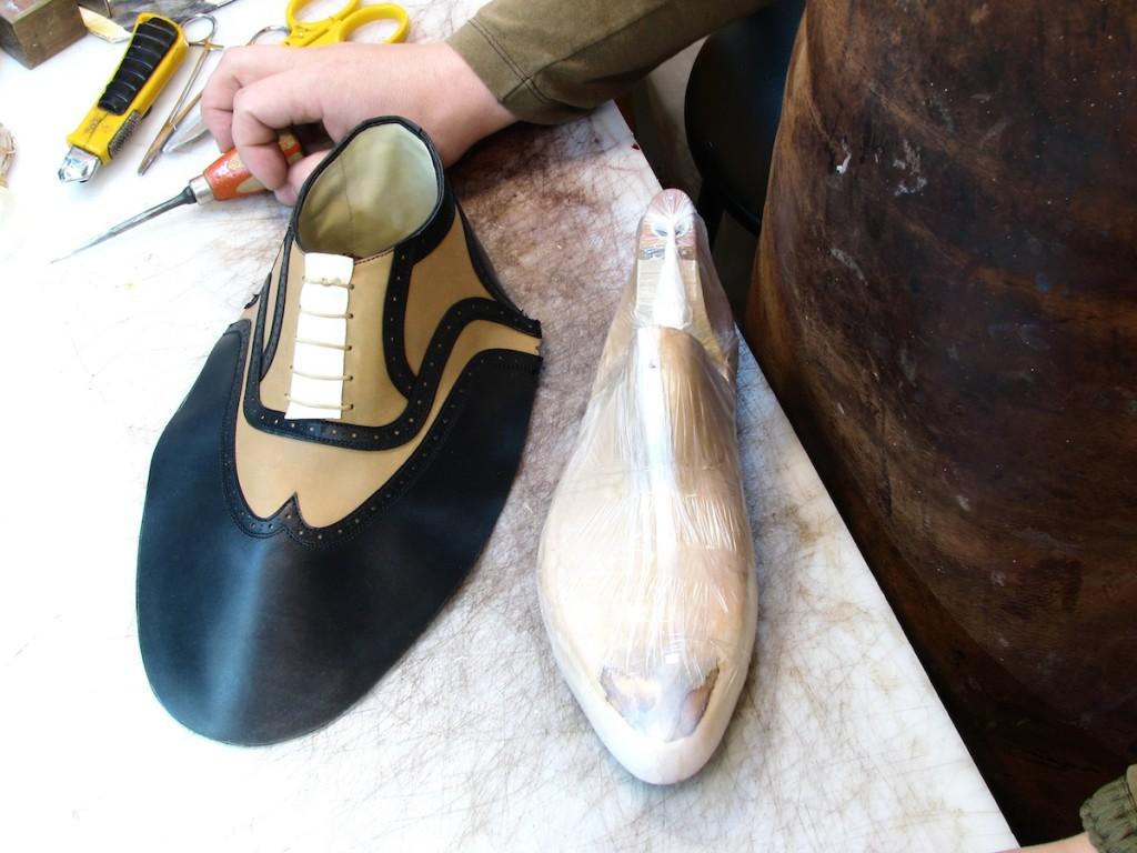 Vpravo kopyto, vlevo svršek boty, který se na něj napíná.