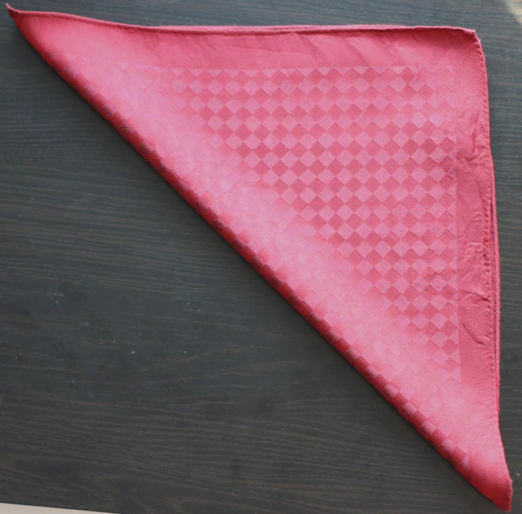 Rozložený kapesník přehněte do trojúhelníku.