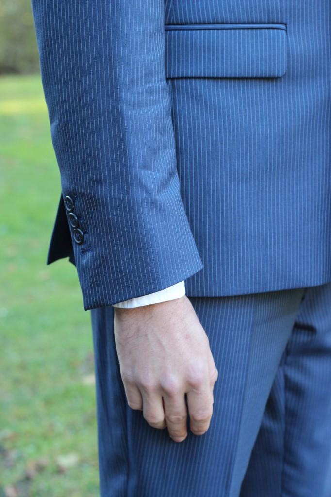 Rukáv saka končí u zápěstí, aby koukal cca 1,5 cm košile.