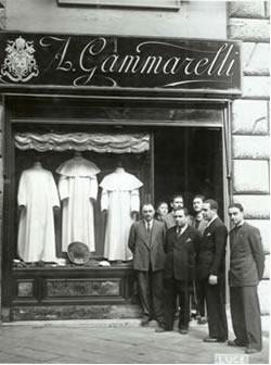 Rodina Gamarelli před obchodem v roce 1939.