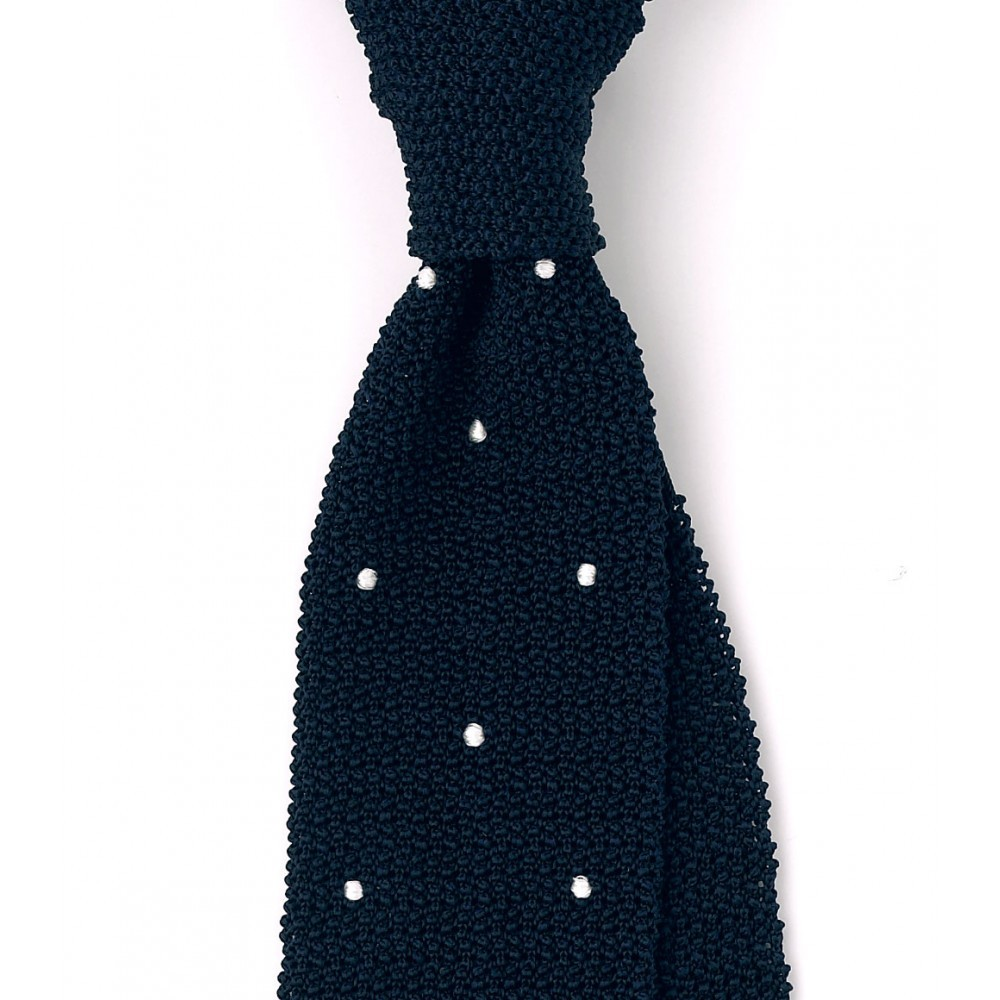 Zdroj: http://www.drakes-london.com/online-shop/ties/knitted/finest-silk-knitted-tie-with-handsewn-spots-1431