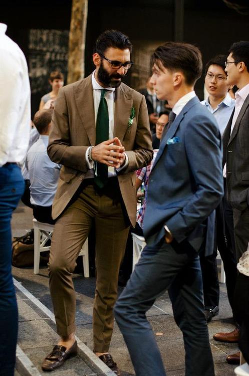 Takhle vypadá nevyvážený límec a uzel na kravatě. Extrémní spread límec a super úzký Four in hand.
